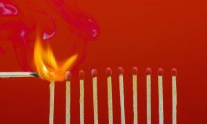 تصویر تعدادی شمع که در حال آتش گرفتن هستند